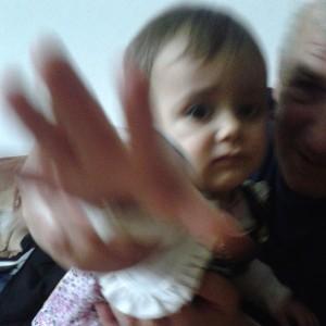 Aurela mit ihrem Opa