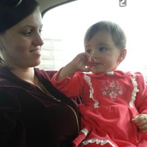 Aurela mit ihrer Mutter Kosovare Haliti