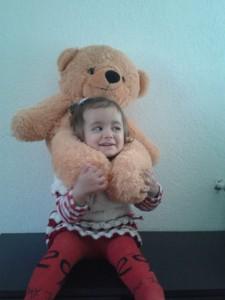 Aurela mit Teddy auf den Schultern