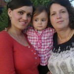Aurela mit Mutter und Oma