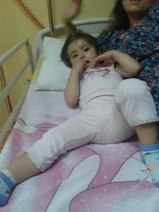 Aurela im Krankenhausbett